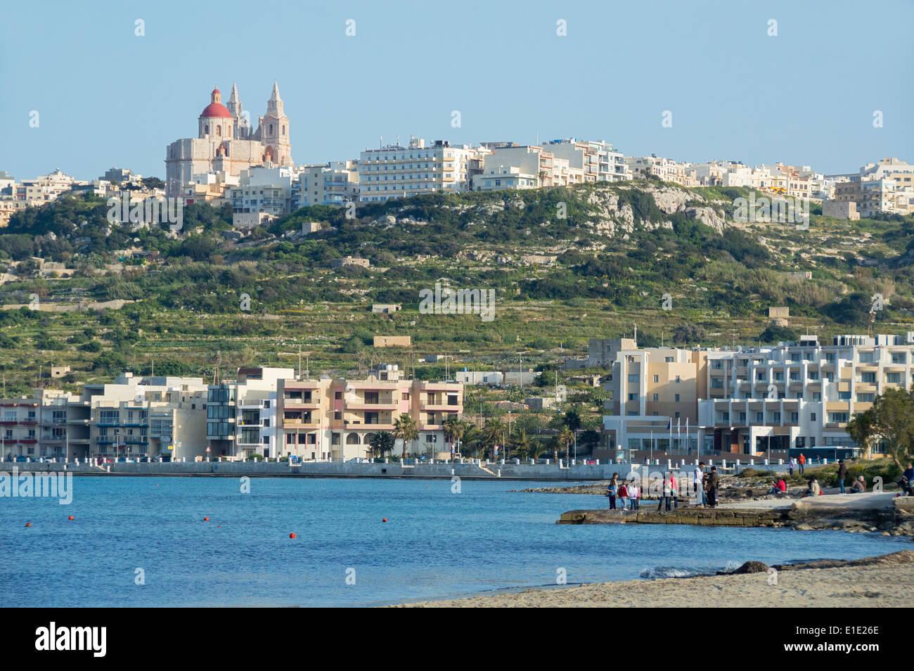 Mirando a la bahía de Mellieha Mellieha, Malta, del norte de Europa. Foto de stock