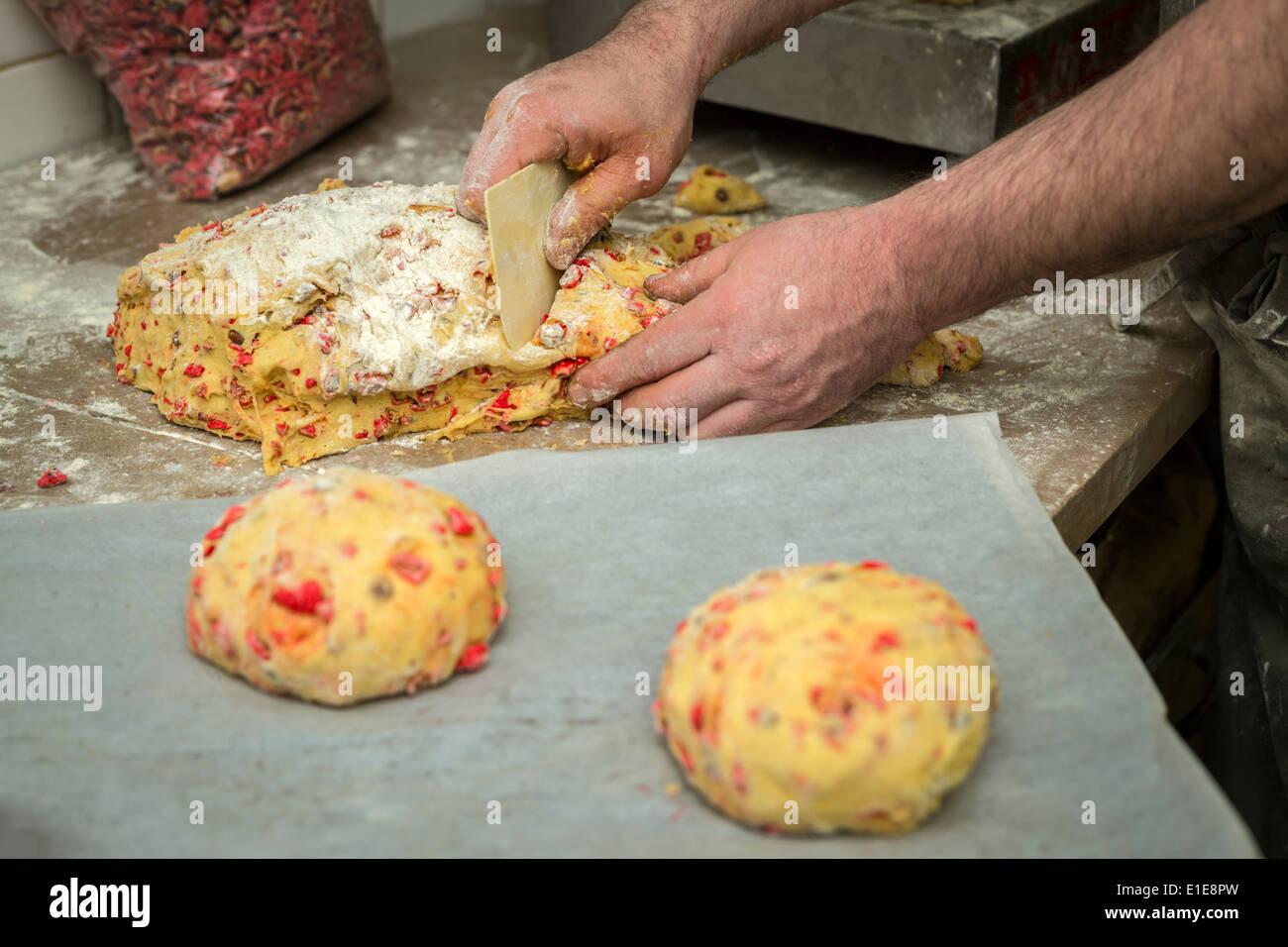 El brioche con almendras azucaradas (pastel de Saint Génix). Fabricación de brioches aux pralines (Gâteau de Saint Génix). Foto de stock