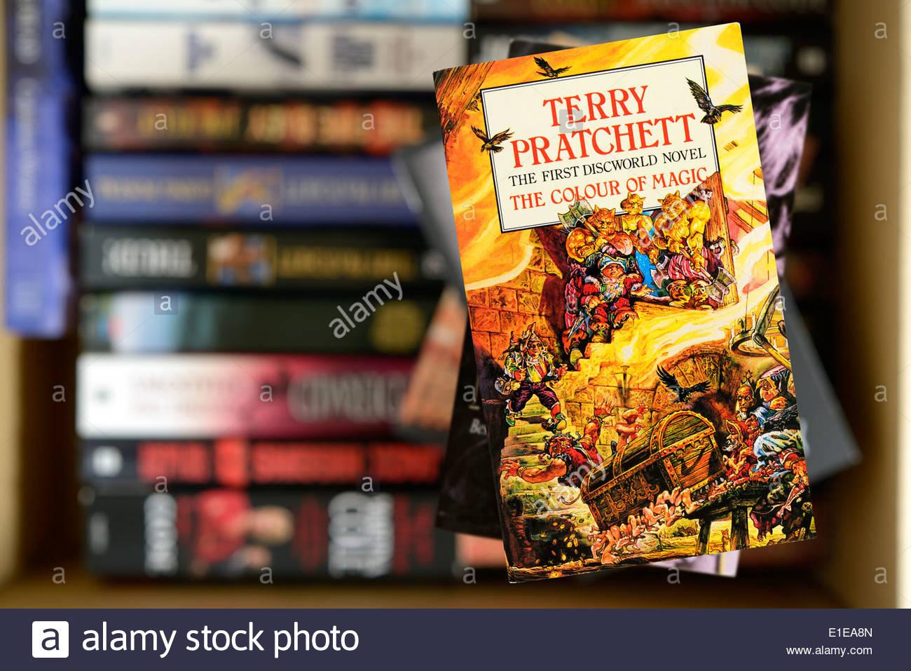 La primera novela de Terry Pratchett Mundodisco el color de la magia ...