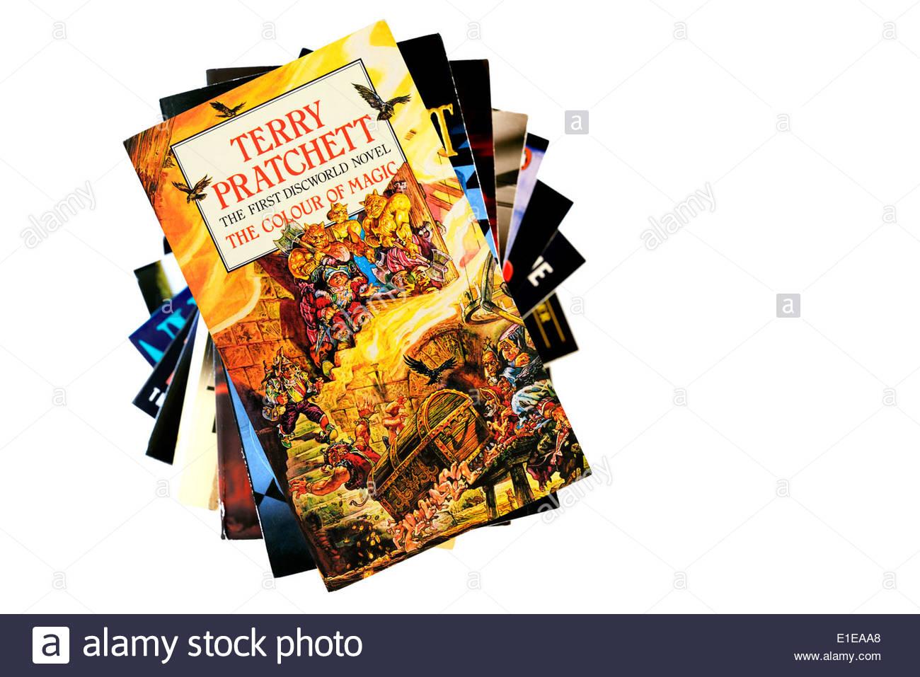 La primera novela de Terry Pratchett Mundodisco el color de la magia, el  libro en