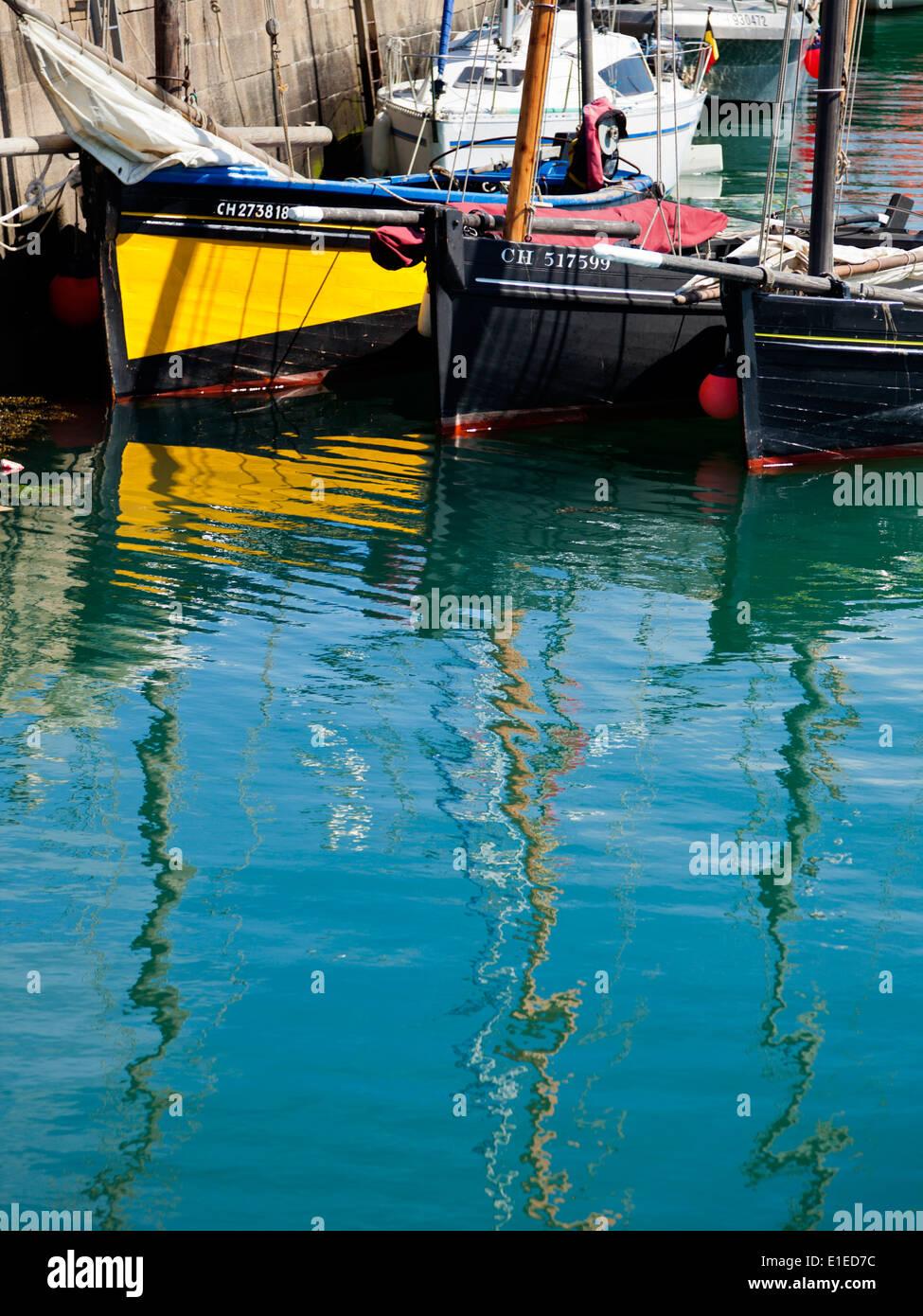 Barcos de pesca en el puerto de Barfleur, Canal de la costa de la península de Cotentin, Normandía, Francia Foto de stock