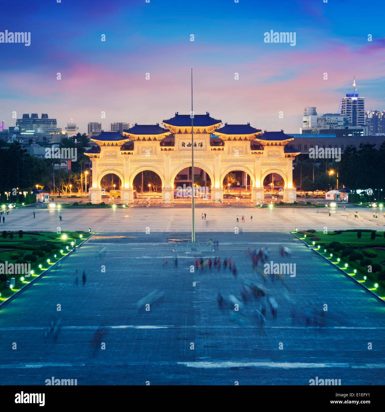La Plaza de la libertad en la noche en Taipei. Imagen De Stock