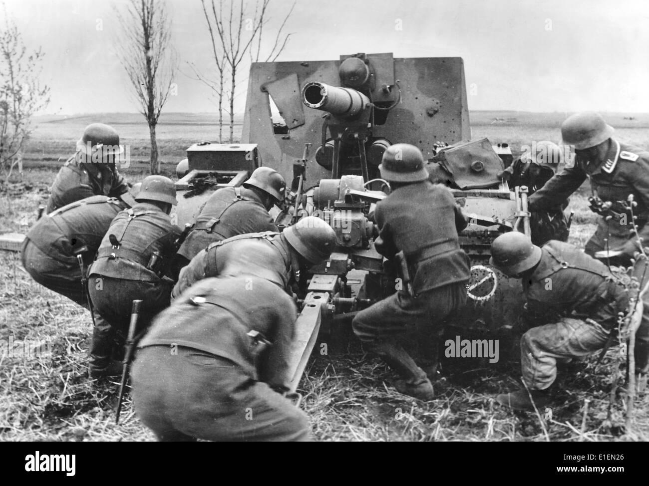 """Texto de Propaganda! Los informes de noticias de los nazis en el reverso de la fotografía: """"a partir de la gran batalla de Jarkov. La batalla de Kharkov han tomado un giro decisivo tras el inicio de la ofensiva de Timoshenko. Un rápido contraataque como un rayo rodeado de la mayoría de los tres ejércitos Soviéticos, entre ellos fuertes unidades del tanque. - Nuestra imagen de la batalla de Kharkov muestra un arma de artillería alemana, que fue unlimbered y puesto en posición en sólo unos minutos para repeler el ataque soviético."""" Fotografía tomada en el frente oriental el 26 de mayo de 1942. (Defectos en la calidad debido a la histórica imagen copiar) Foto: Berliner Ver Foto de stock"""
