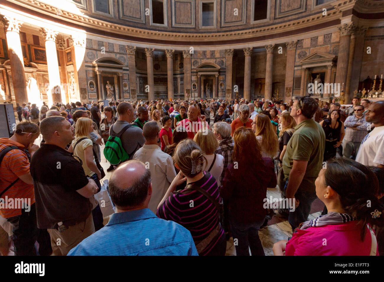 Multitudes de personas en el interior del Panteón, Roma Italia Imagen De Stock
