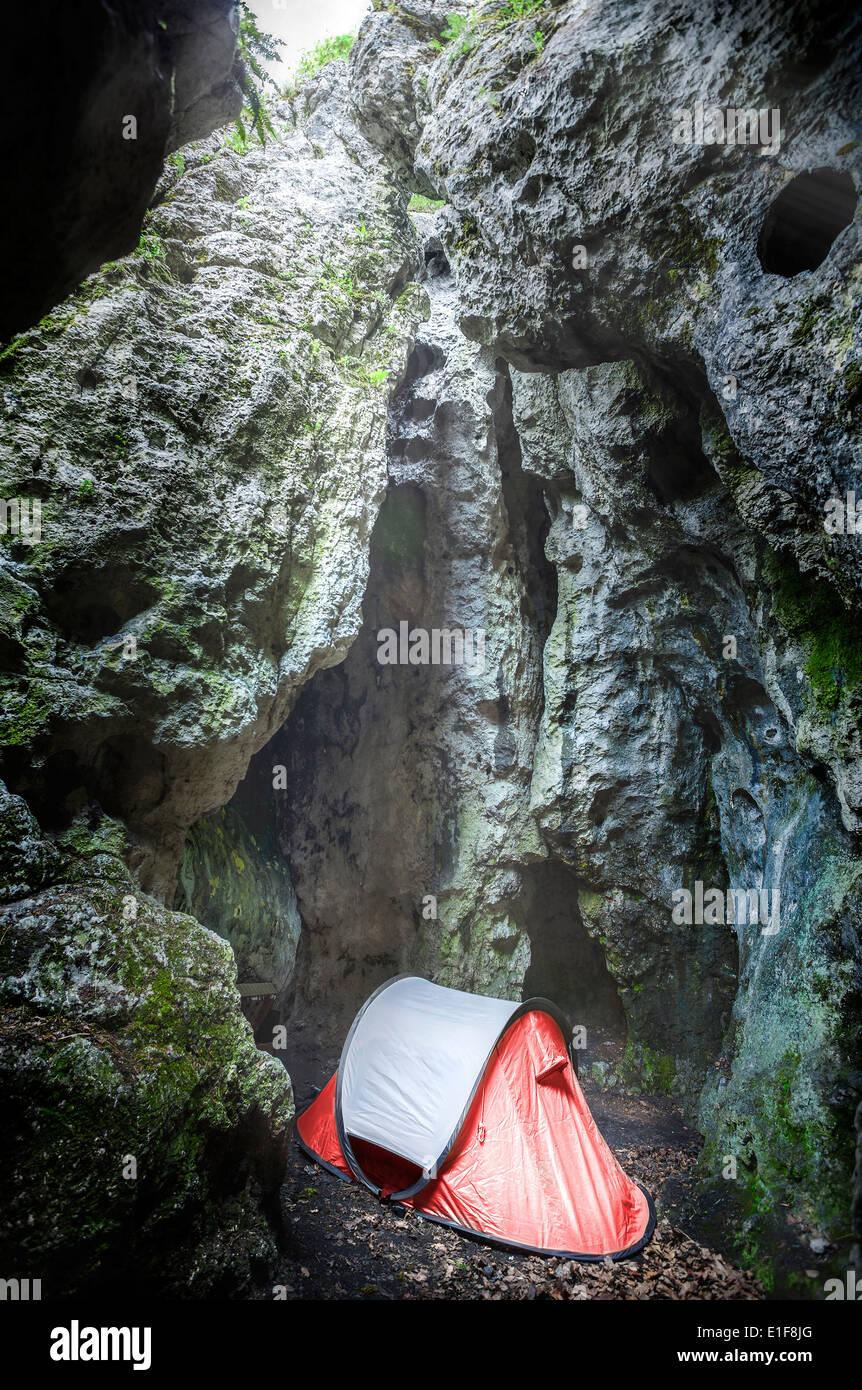Tienda de campaña en la cueva, extreme camping para escaladores, Jura, Polonia Imagen De Stock