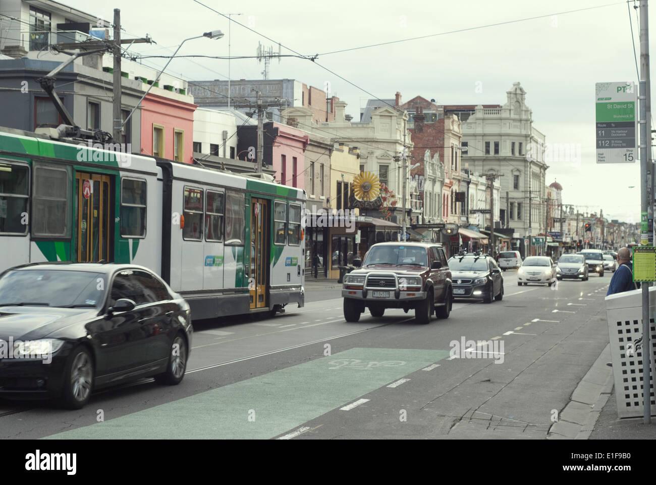 Ir cada mañana al trabajo Brunswick Street Fitzroy Melbourne Australia tráfico y un tranvía Foto de stock