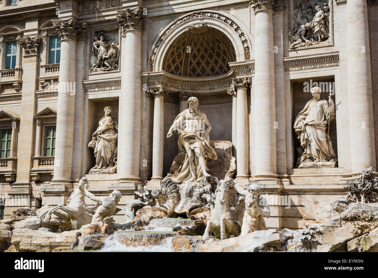 Roma, Italia. La Fontana di Trevi barroco del siglo xviii diseñado por Nicola Salvi. La figura central representa al océano. Imagen De Stock