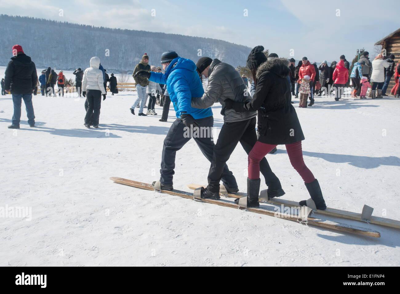 Siberianos Celebran El Festival De Maslenitsa Con Juegos Al Aire