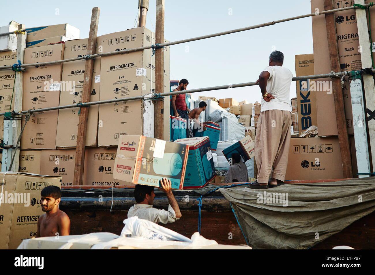 Puerto de libre comercio Dubai Creek, con los dhows abarrotados con una amplia gama de mercancías, Dubai, Emiratos Foto de stock