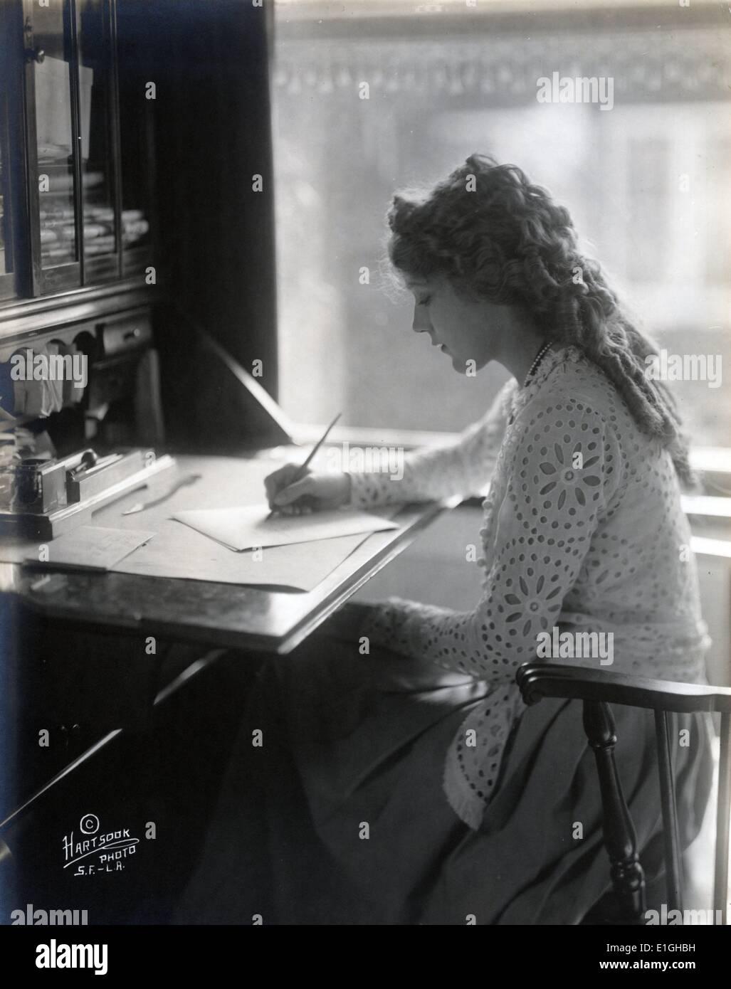 Mary Pickford escribiendo en un escritorio 1918 Imagen De Stock