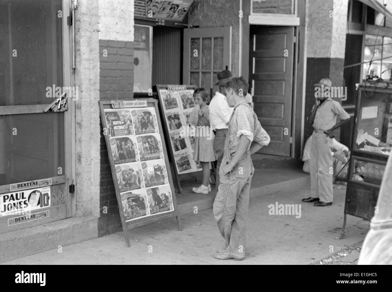 Niños mirando carteles delante de película, sábado, Steele, Missouri 1938 Imagen De Stock