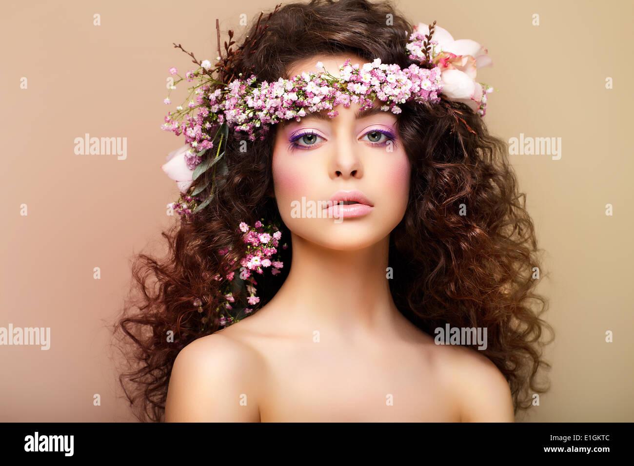 Pureza. La frescura. La virginidad. Atractiva mujer encantadora con pelos Frizzy Foto de stock