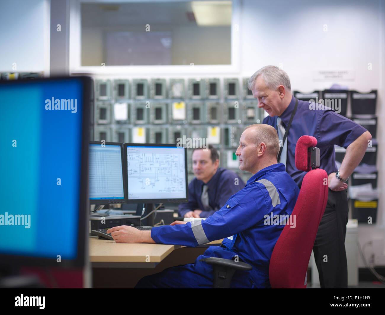 Ingenieros en reunión en estación de energía nuclear Imagen De Stock