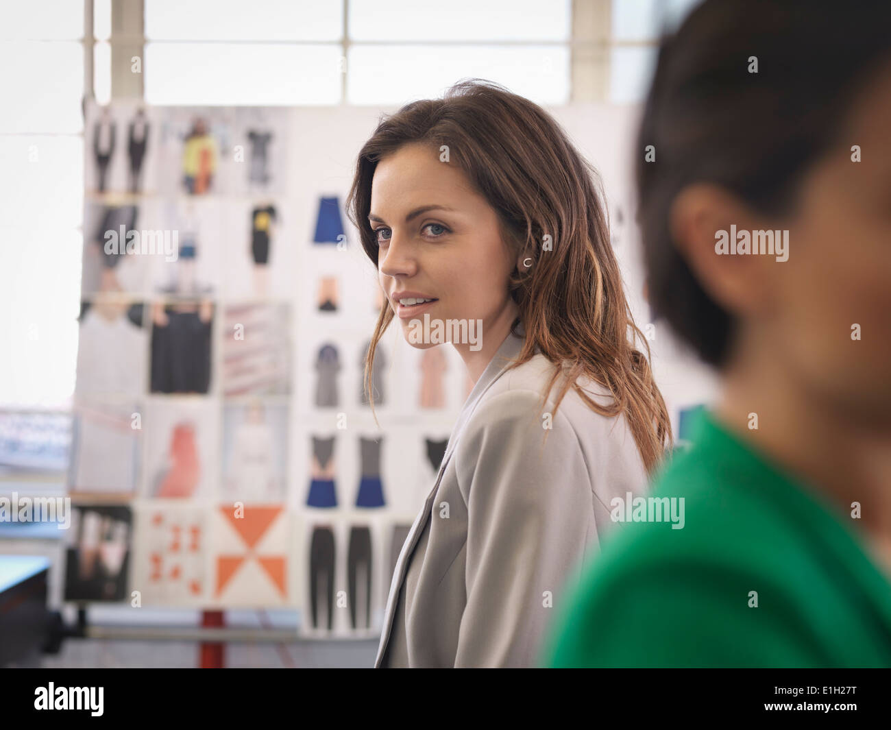 Los diseñadores de moda en fashion design studio Imagen De Stock