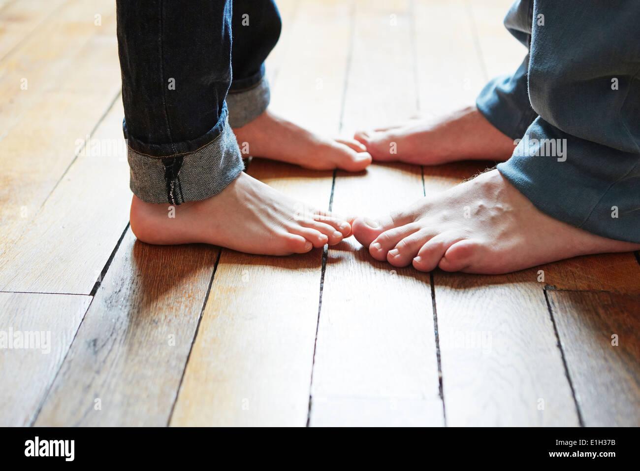 Padre e hijo jugando con los pies Imagen De Stock