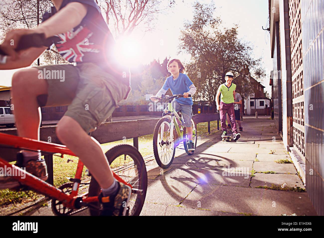 Los chicos andando en bicicleta Imagen De Stock