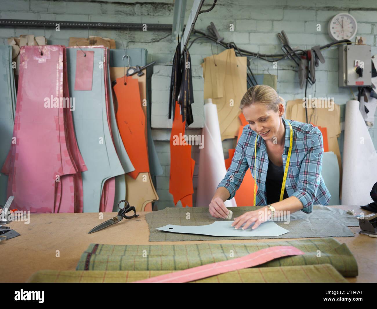 Diseñador de moda el marcaje de tela en fábrica de ropa Imagen De Stock