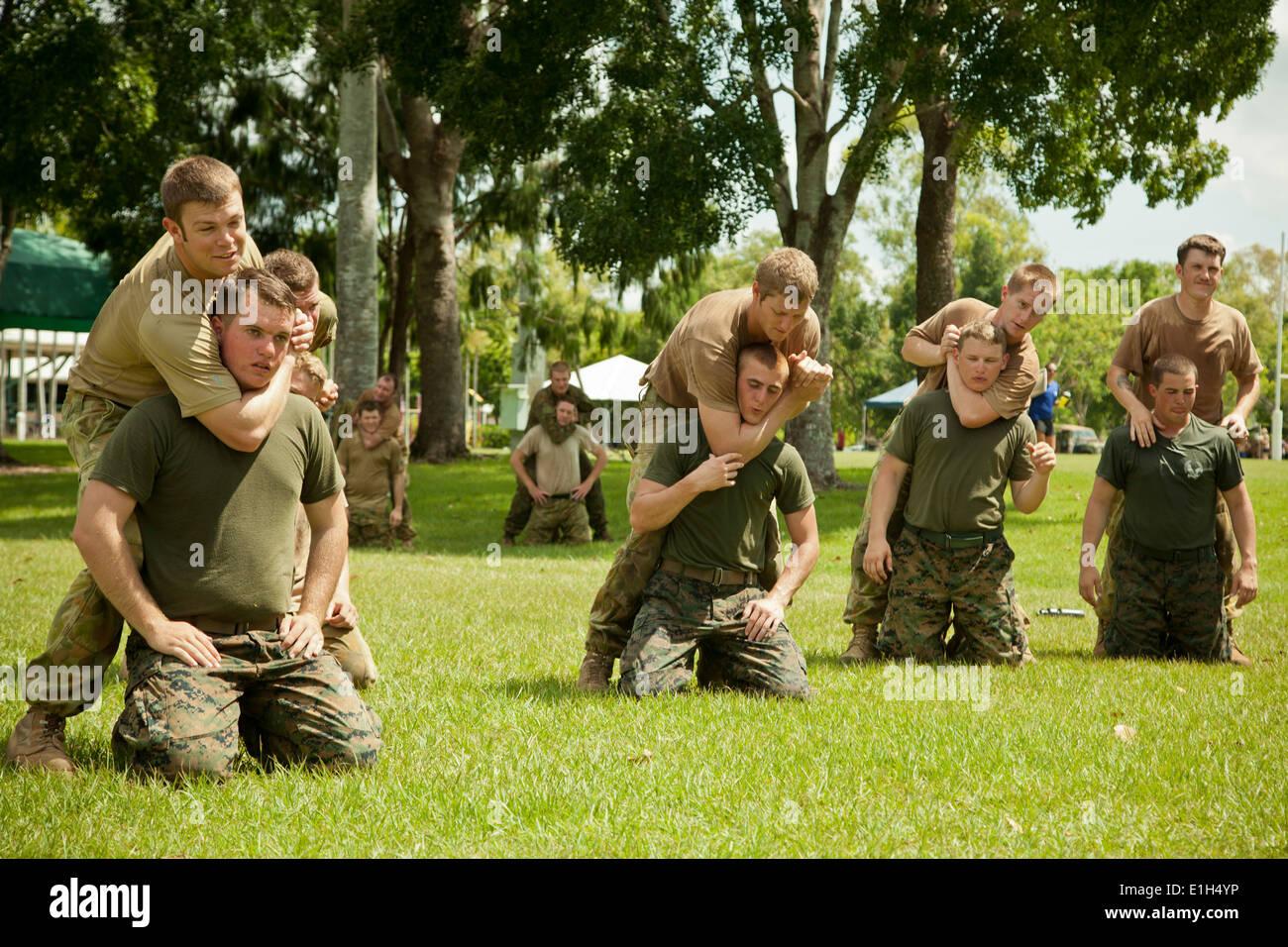 Soldados del ejército australiano desde el 5º Batallón, Regimiento Royal Australian práctica choke hold técnicas en Marines assig Imagen De Stock