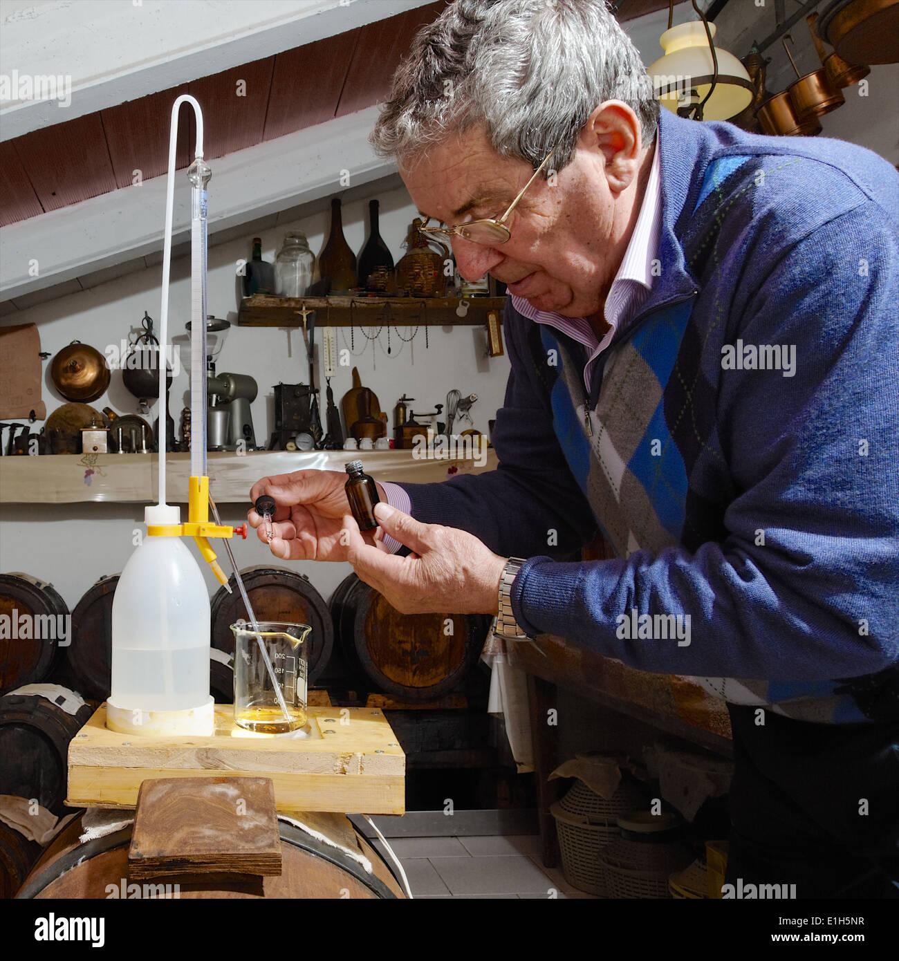 Hombre de decisiones y cuidar más de vinagre balsámico Aceto Balsamico Tradizionale di Modena Imagen De Stock