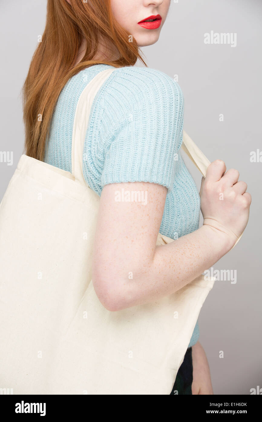 Imagen recortada de una joven llevar bolsa de compras Foto de stock