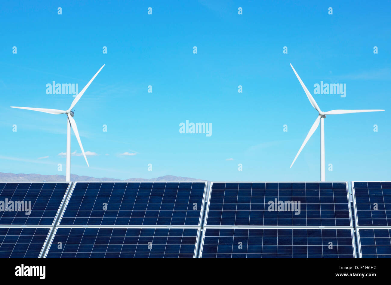 Los paneles solares fotovoltaicos y turbinas eólicas, San Gorgonio Pass Wind Farm, Palm Springs, California, EE.UU. Imagen De Stock