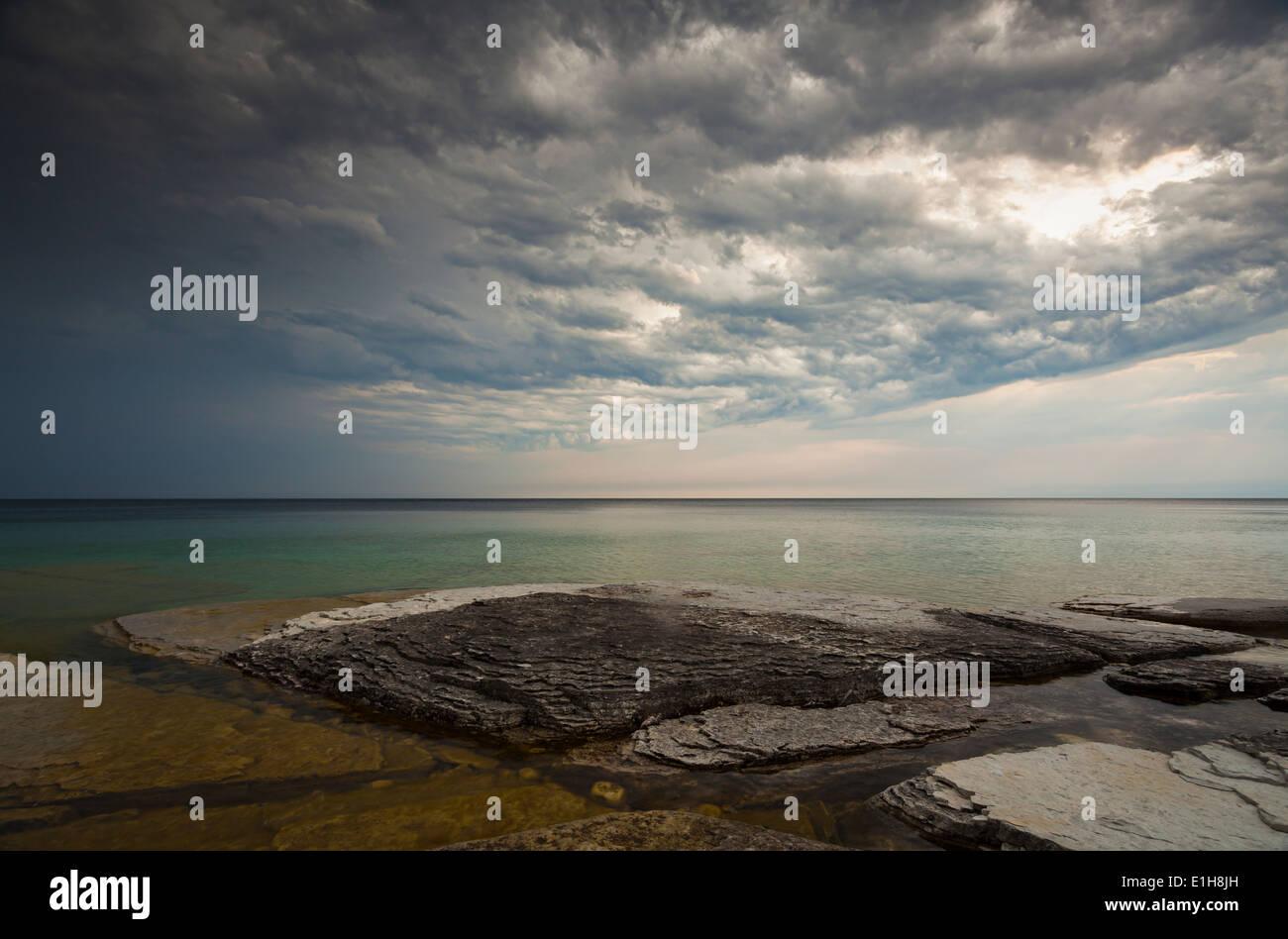 Presentimiento de nubes sobrecarga como una tormenta pasan por encima de la Georgian Bay. Parque Nacional Península Foto de stock