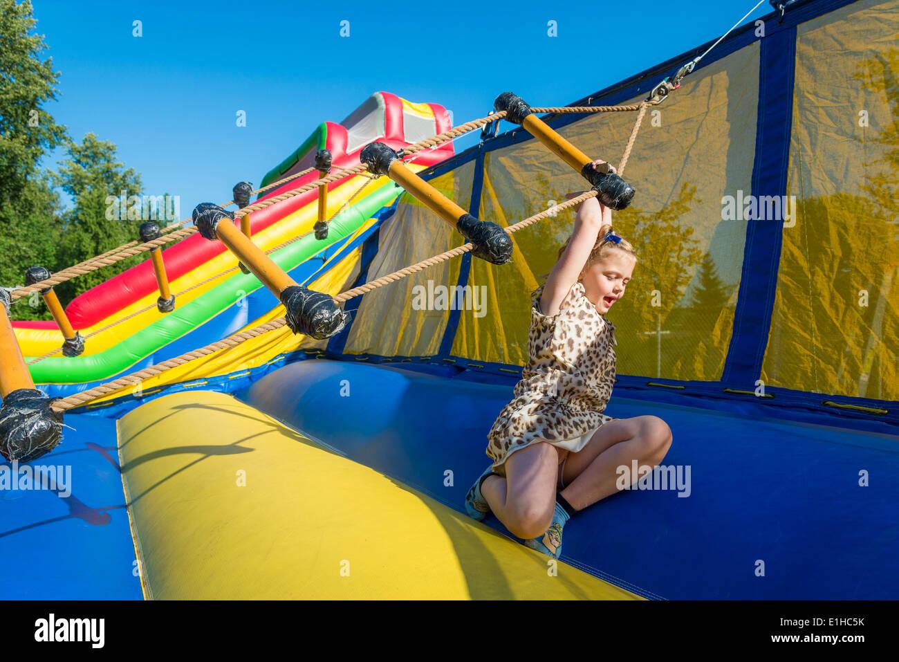 Chica goza de escalera twirly atracción en la Feria de Primavera, Burnaby, British Columbia, Canadá Imagen De Stock