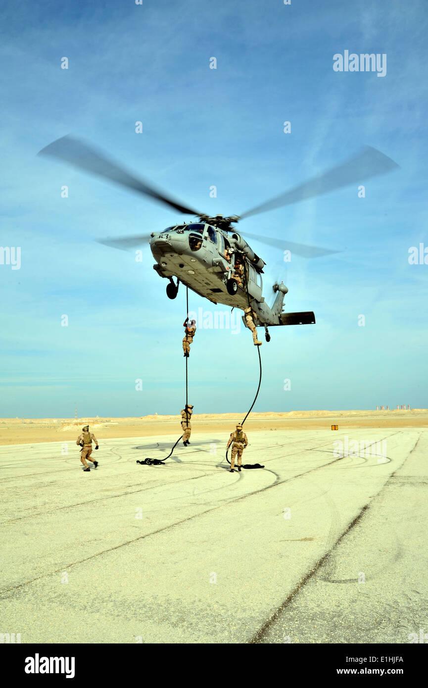 Operadores de Guerra Especial de la Marina estadounidense con Equipo SEAL 5 fast cuerda durante el entrenamiento con helicópteros de combate de mar (HSC) Squadron 26 A Imagen De Stock