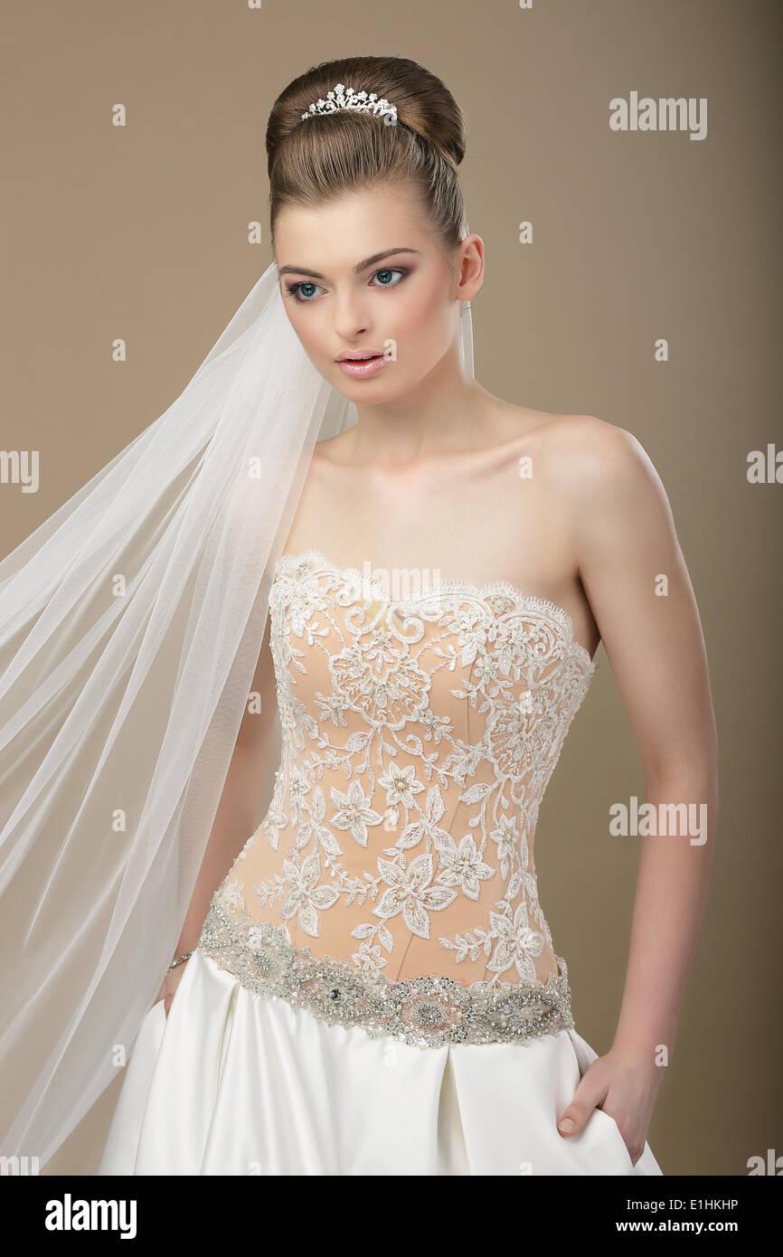 Sofisticada Mujer respetable de fiesta vestido moderno y diadema Imagen De Stock