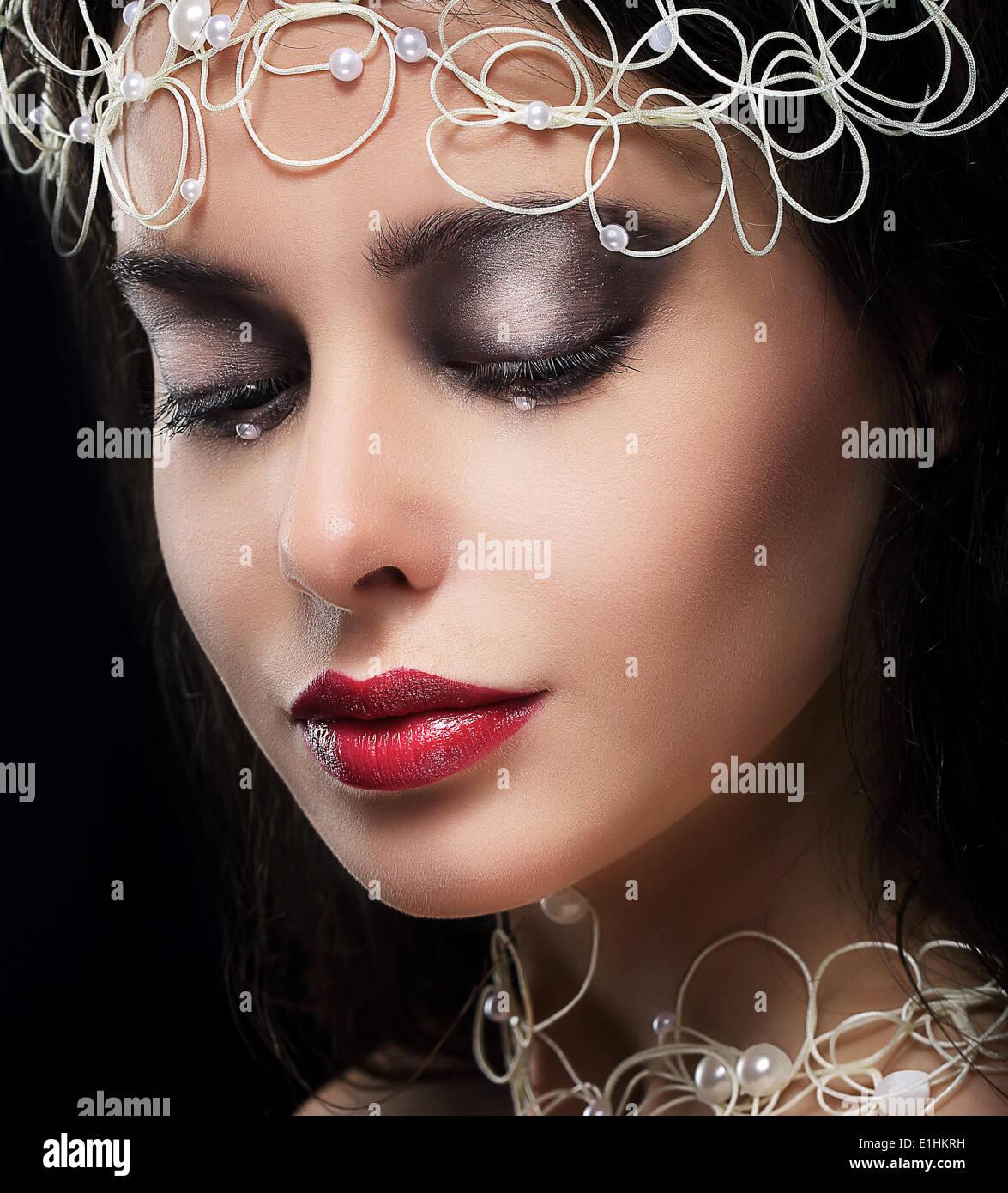 Moda elegante joven con perlas en Reverie Imagen De Stock