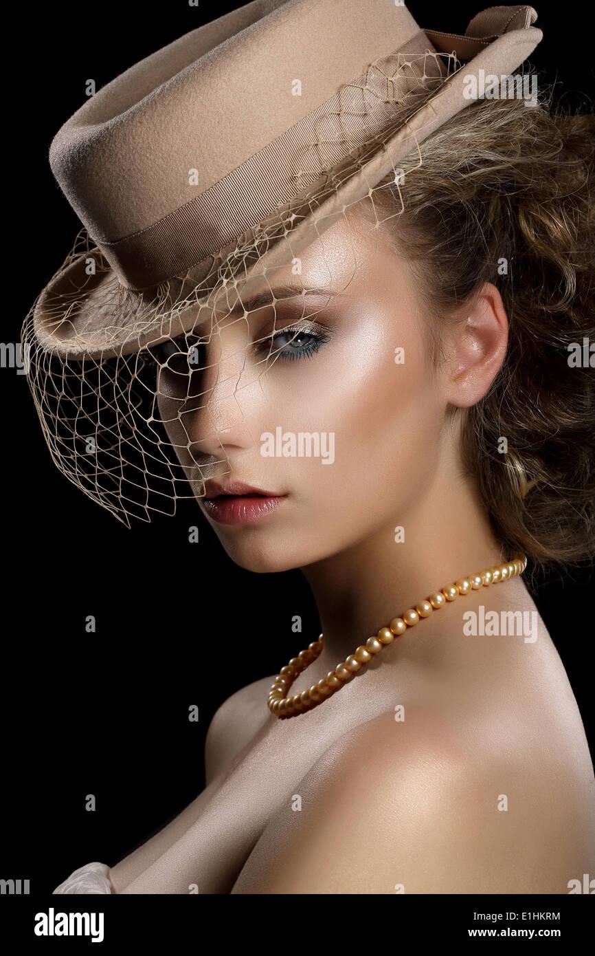 Encanto. Estilo retro mujer romántica en Vintage sombrero marrón y velo. Nostalgia Imagen De Stock