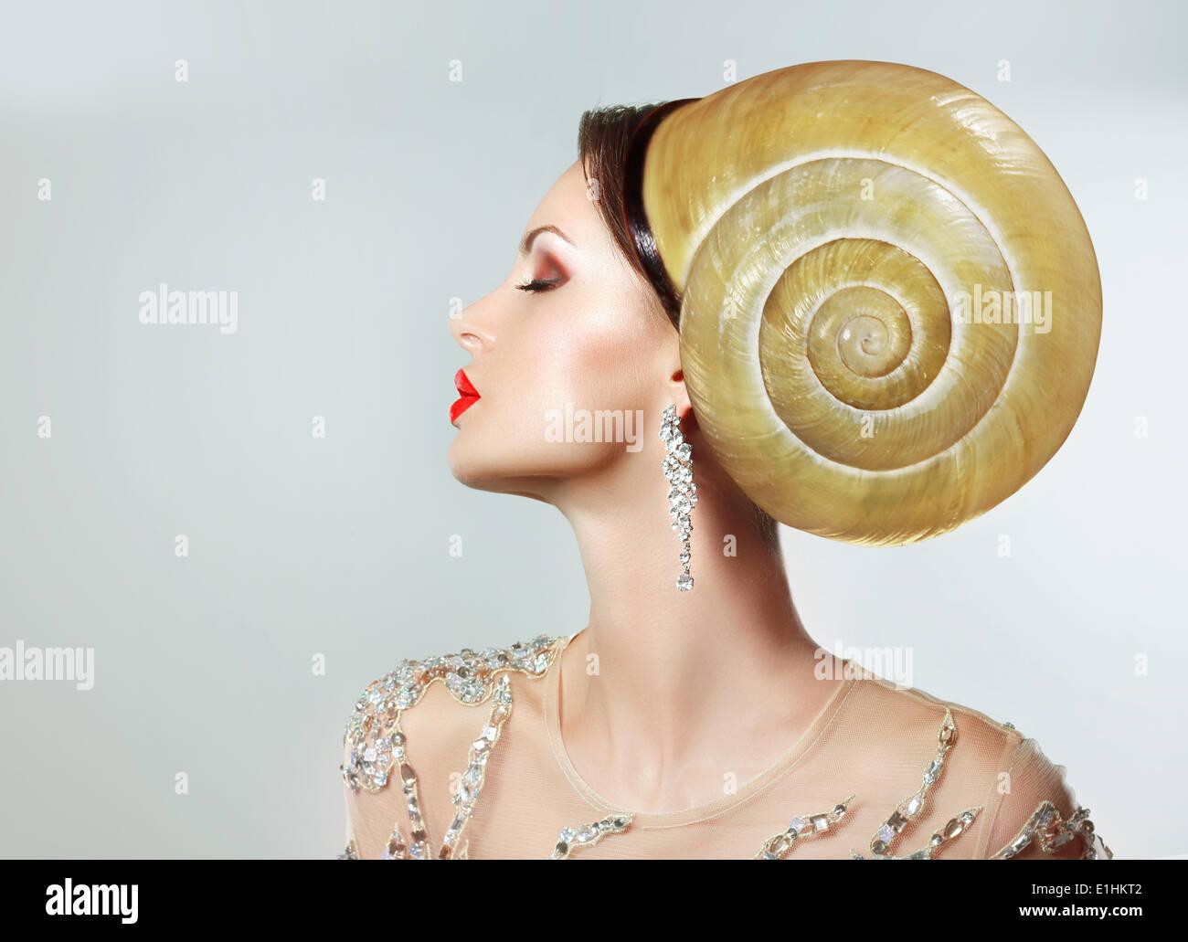 Extravagancy. Estrafalario peinado extremas. Mujer peculiar con Caracol como sombreros Imagen De Stock