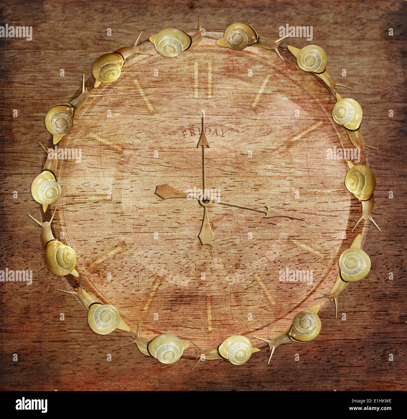La lentitud del tiempo. Reloj retro con caracoles de madera. El concepto de arte Imagen De Stock