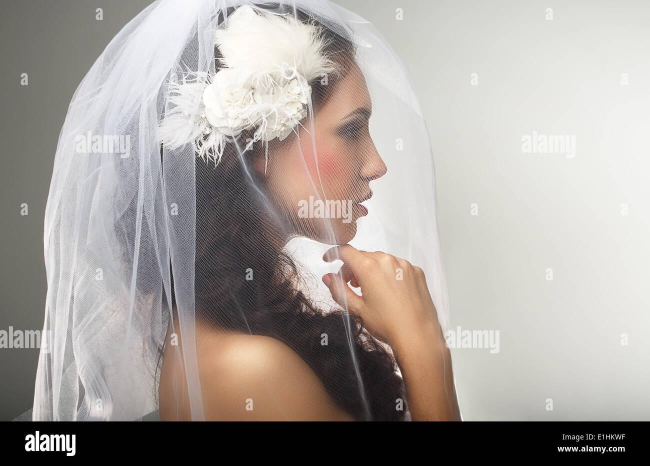 El compromiso. Hermosura. Vista lateral del afecto sincero mujer en Velo Imagen De Stock