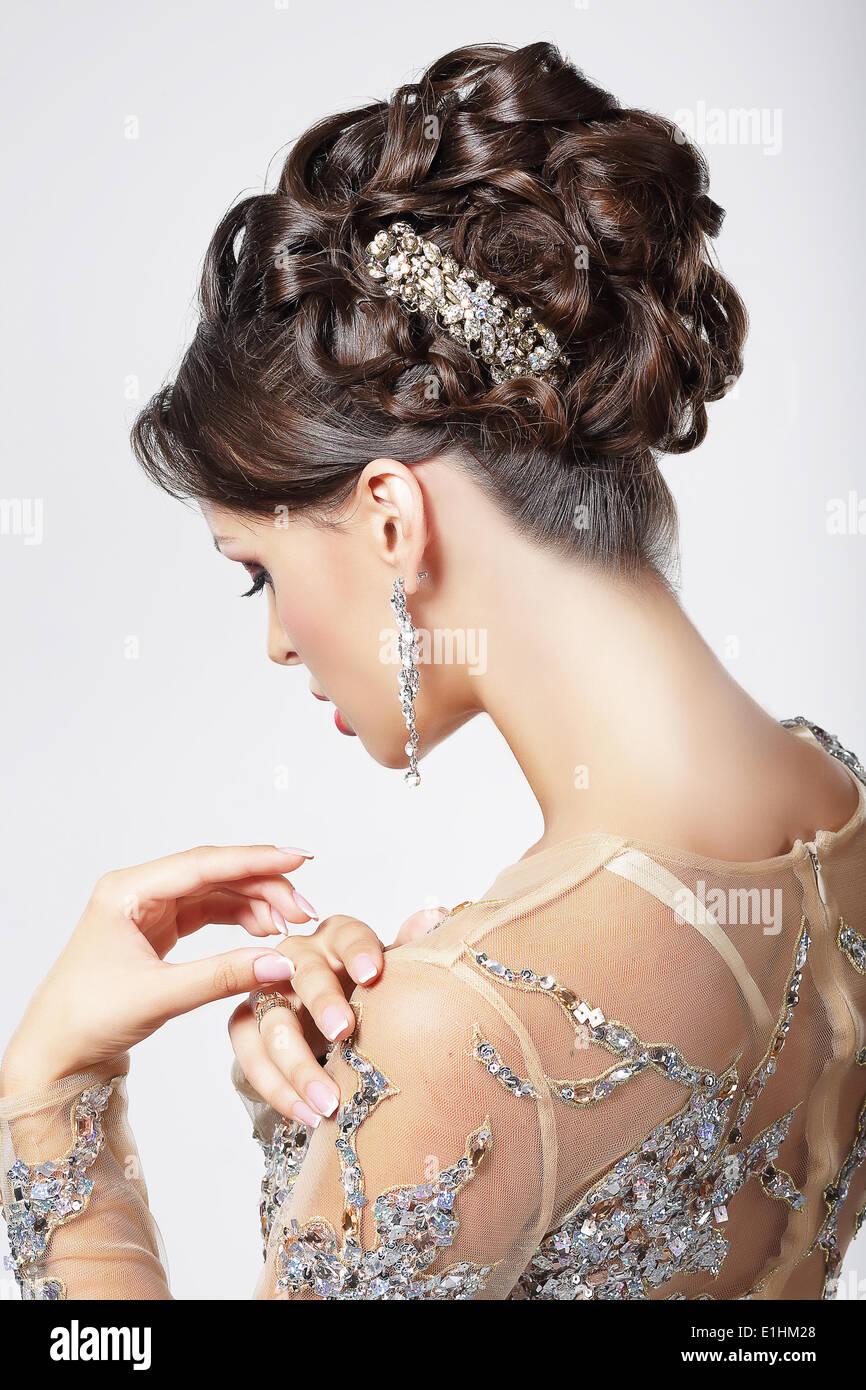 Elegancia y Chic. Hermosa morenita con elegante estilo de peinado. Lujo Imagen De Stock