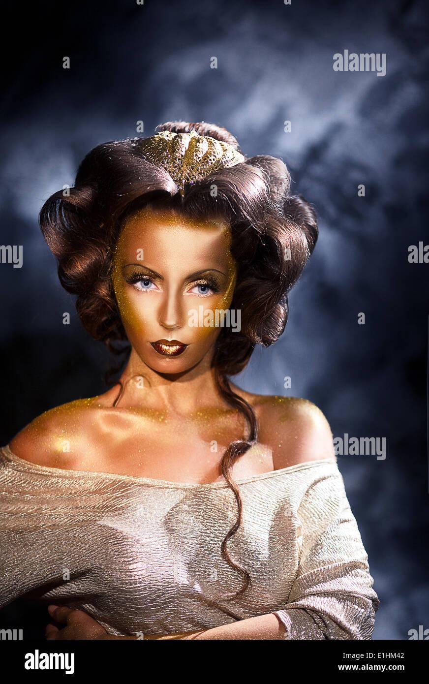 La coloración. Estilo retrato de mujer con piel de color dorado Imagen De Stock