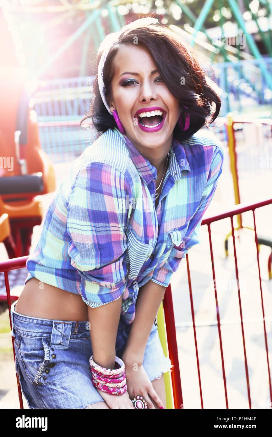 Disfrute. Alegría. Mujer expresiva en camisa a cuadros con gran sonrisa Imagen De Stock
