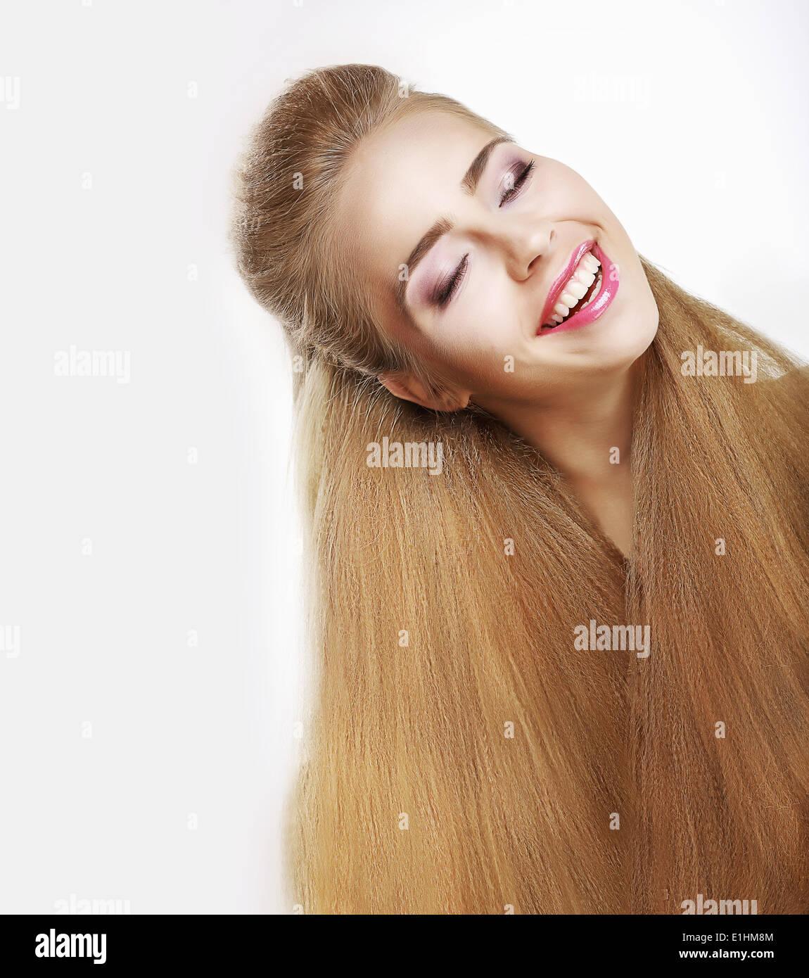 La sonrisa sincera. Mujer joven con júbilo fluyendo cabellos sanos. Placer Imagen De Stock