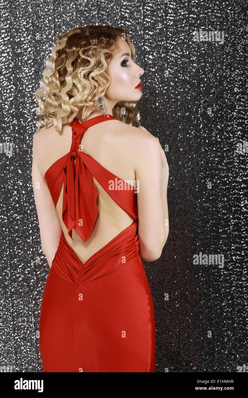 Estilo de moda. La elegancia. Moda Mujer en rojo vestido de Prom. Vista trasera Imagen De Stock