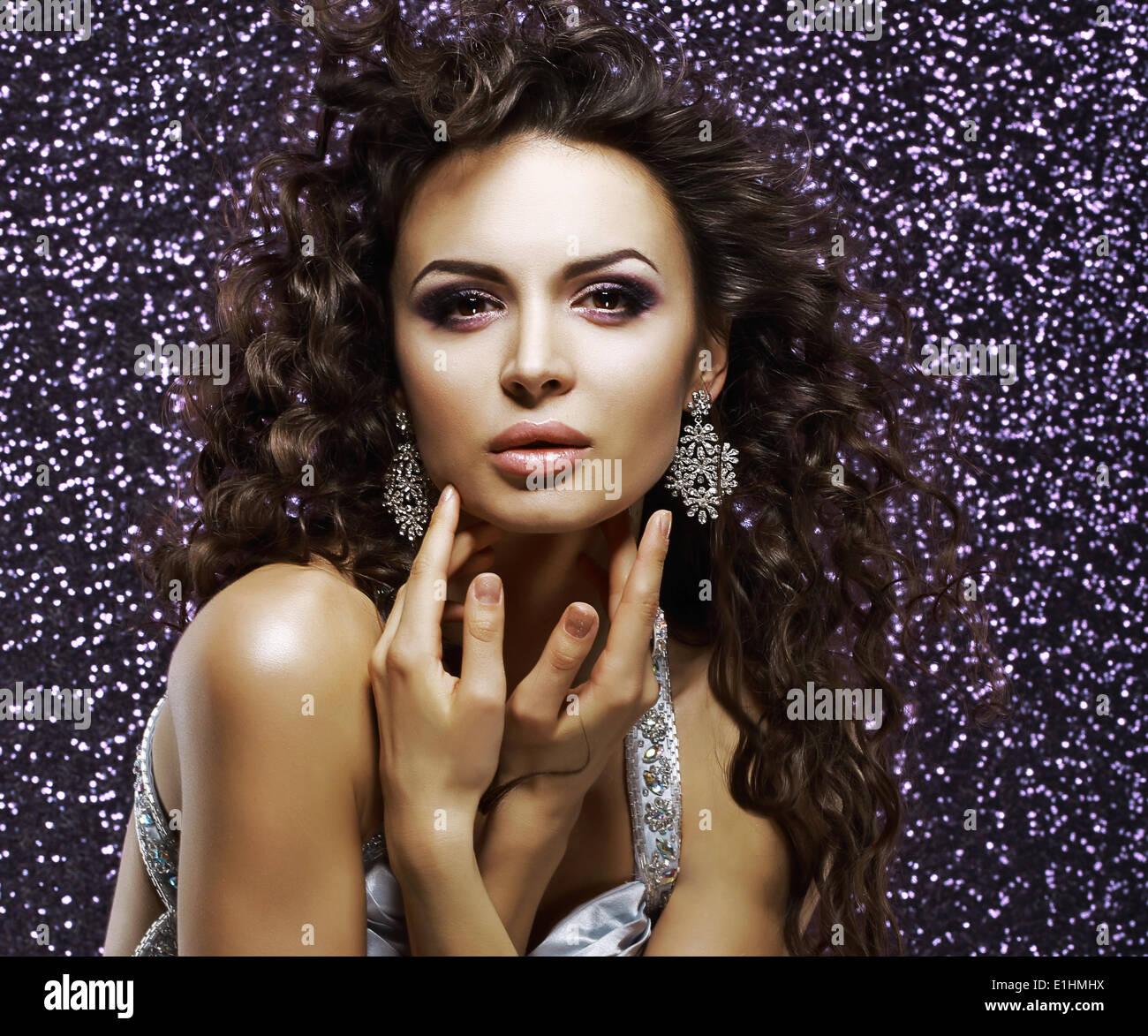 Joyería. Hermosa Mujer aristocrática con brillantes aretes. Maquillaje para vacaciones Imagen De Stock