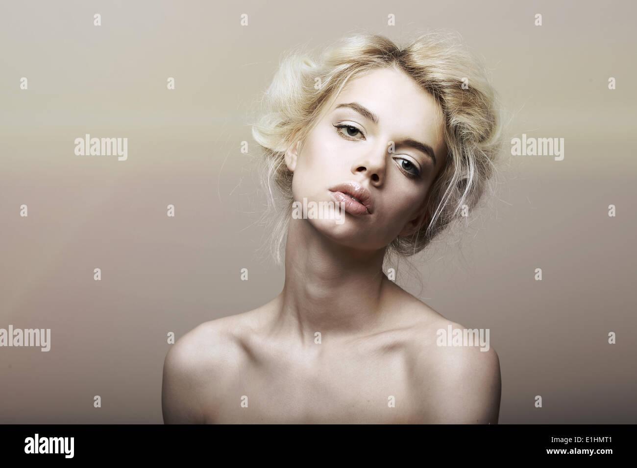 Carácter. La individualidad. Pelo rubio sentimental auténtica mujer soñando Imagen De Stock