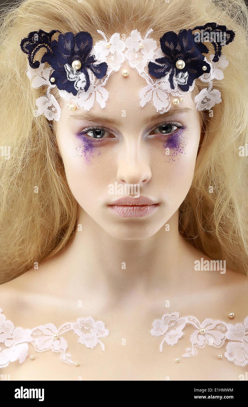 Mirada. La fantasía. Imagen brillante de Moda Mujer rubia encantadora de pura raza. El futurismo Imagen De Stock