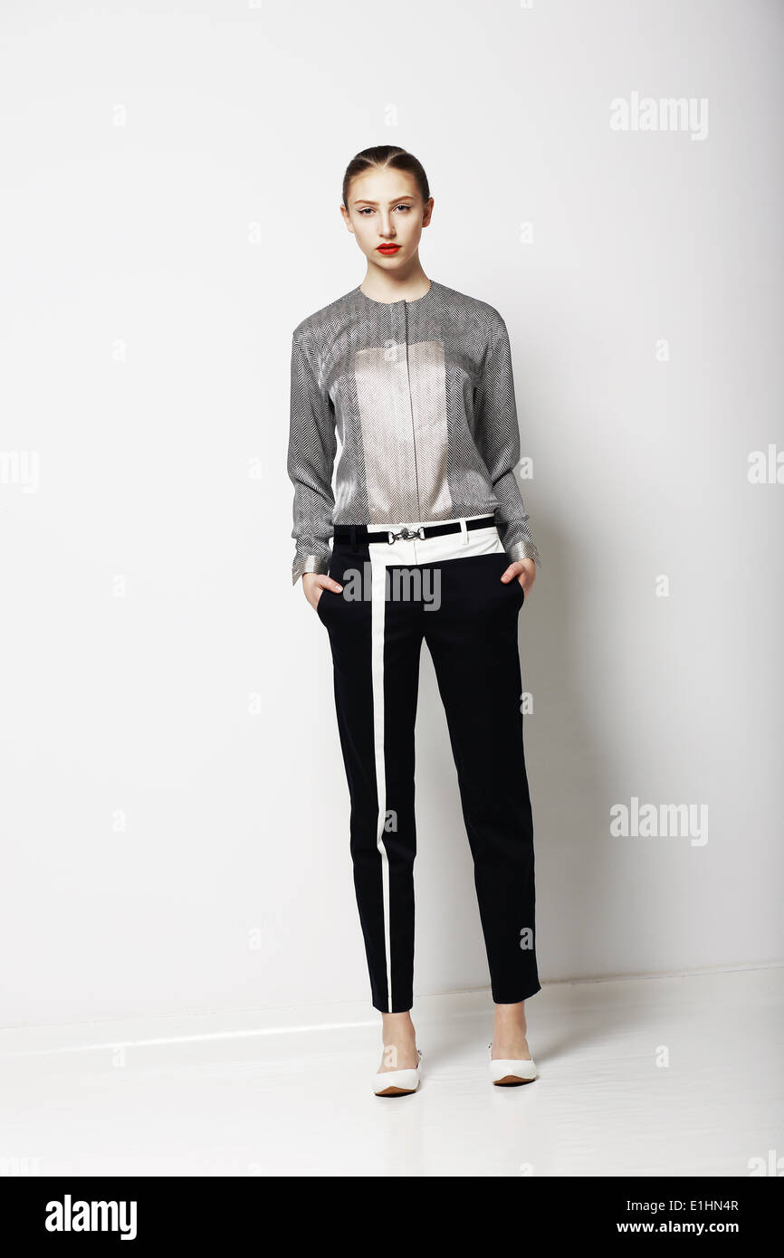 La actitud. Glamour. Modelo de moda en el moderno traje gris. Colección Primavera. Tendencia Imagen De Stock