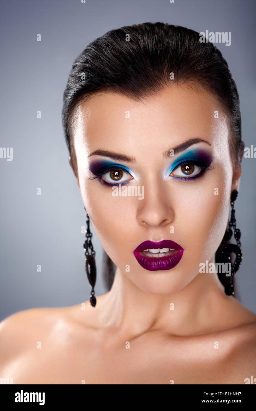 Maquillaje de noche de vacaciones. Belleza peluquería joven rostro femenino Imagen De Stock