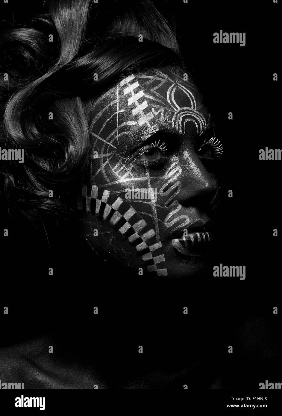 Savage mujer religiosa voodoo con tatuaje ornamental. Persona de la tribu. Cara pintada Imagen De Stock