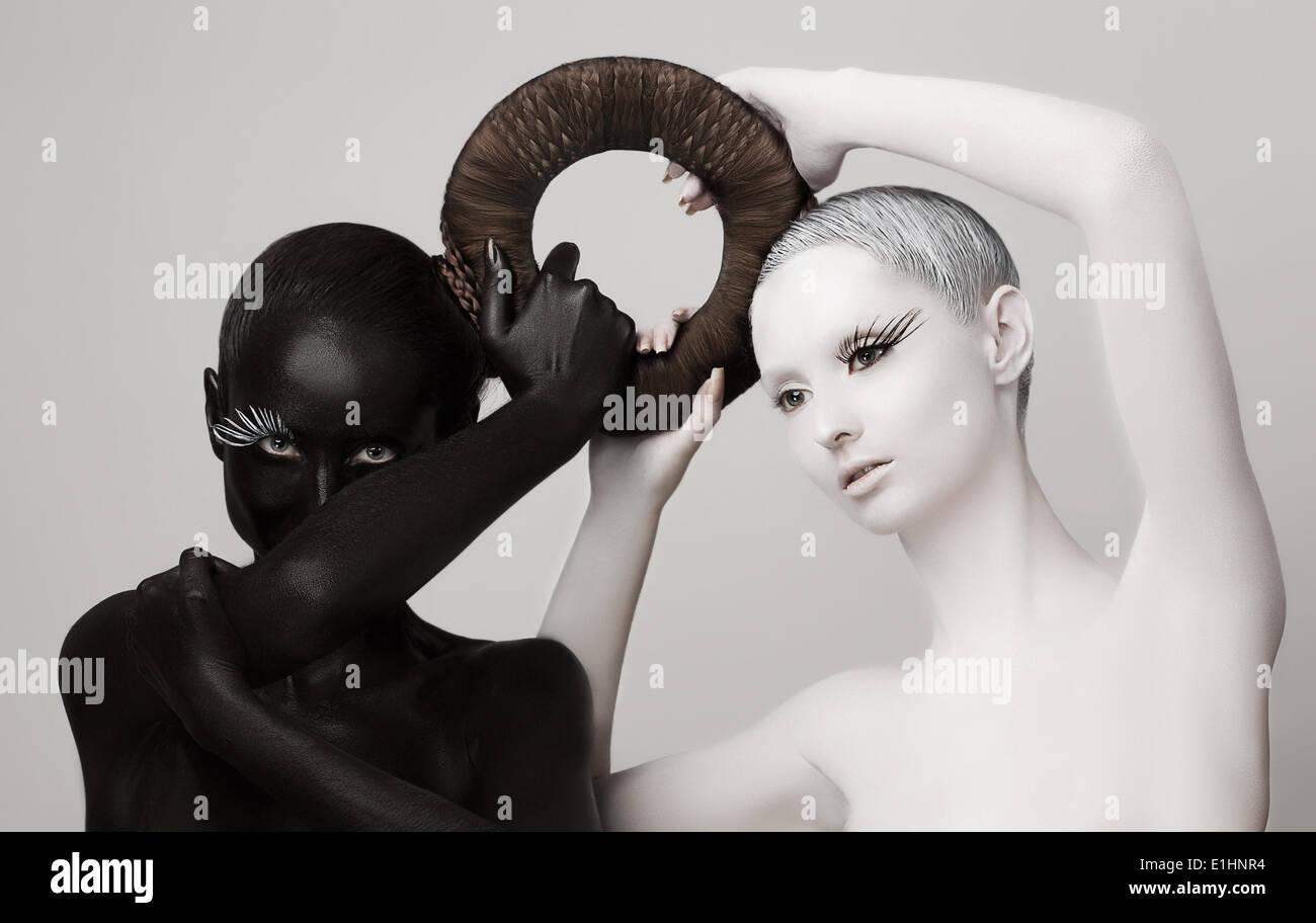 La fantasía. Yin y Yang símbolo esotérico. Siluetas de mujeres en blanco y negro Imagen De Stock