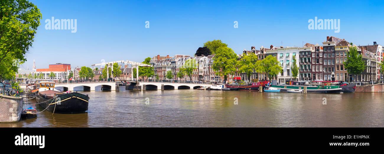 El Magere Brug (puente Skinny) de Amsterdam sobre el río Amstel, en un hermoso día soleado Imagen De Stock