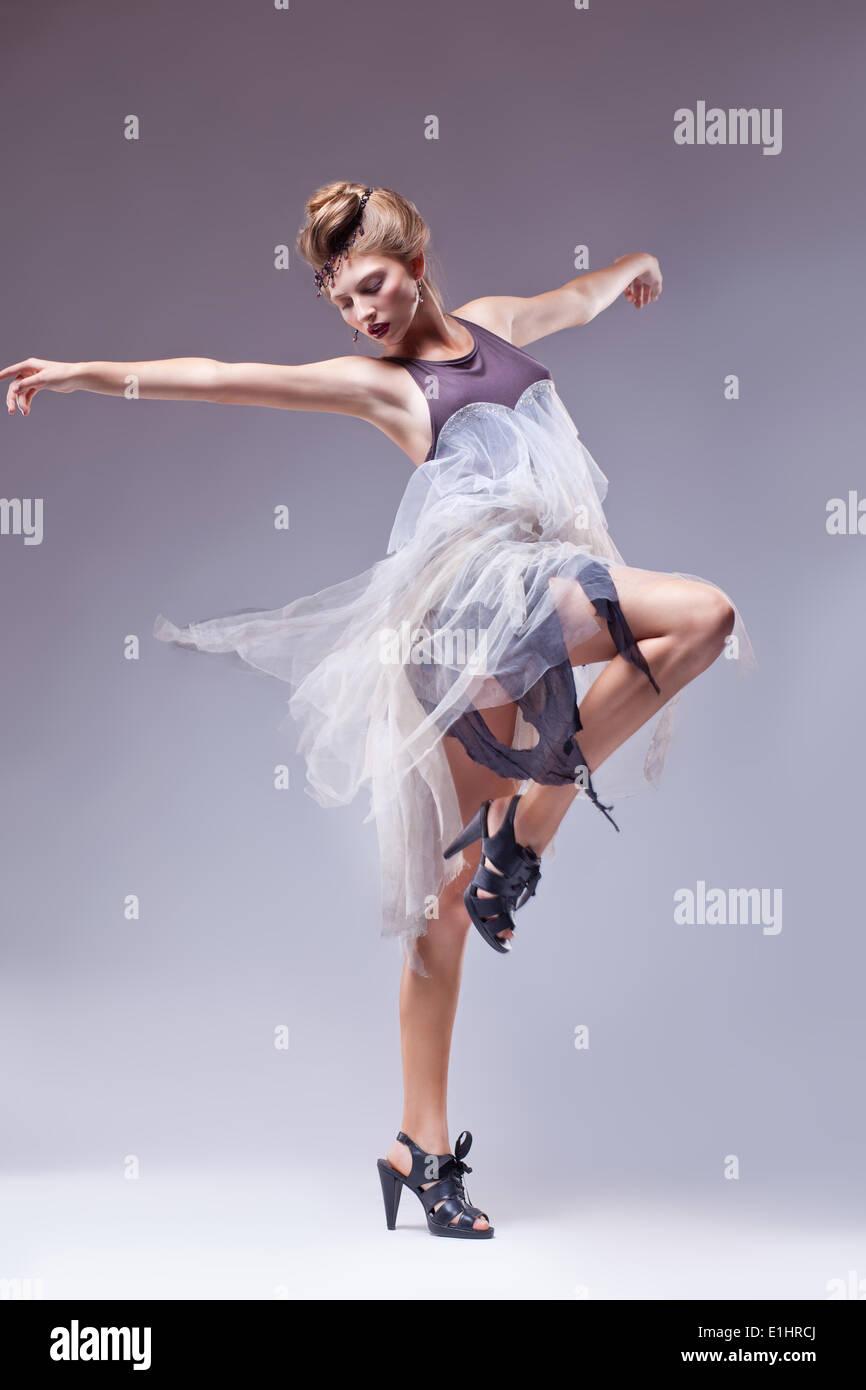 Bailaor en retro VINTAGE DRESS dancing aislados - estilo renacentista Imagen De Stock