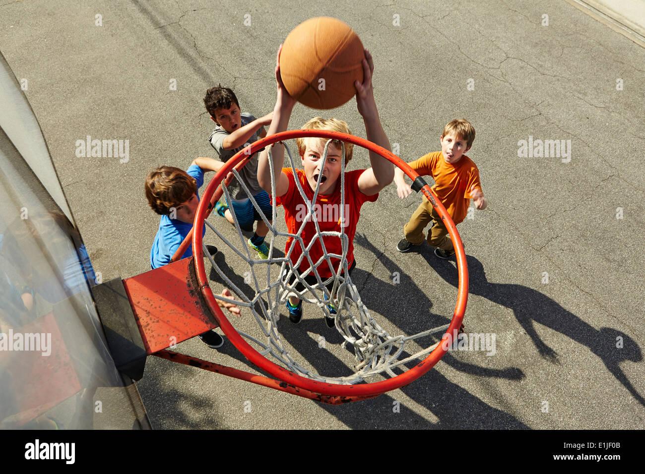 Muchachos jugando baloncesto, ángulo alto Imagen De Stock