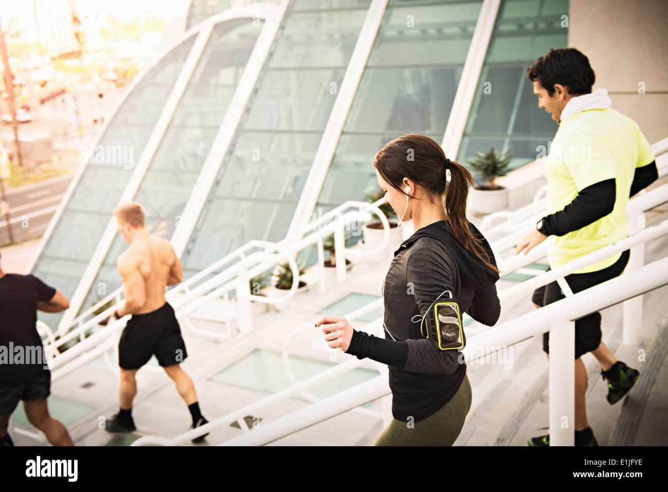 Un pequeño grupo de corredores la capacitación en el centro de convenciones de pasos Imagen De Stock